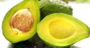 """Esta puede ser la temporada ideal para comenzar a incluir la palta en tu dieta saludable. Además de que es una fruta que se adapta a todo tipo de ensaladas y platillos, posee gran cantidad de nutrientes y vitaminas que benefician al organismo. Entre los principales beneficios de la palta se destaca su alto contenido en grasas saludables, que beneficia el buen funcionamiento del sistema cardiovascular. Además, posee fibra y potasio. Es increíblemente nutritiva La palta es el fruto del árbol Persea americana y se la valora por su gran valor nutritivo. Así, se la agrega a una amplia variedad de platos gracias a su buen sabor y su rica textura. Por ejemplo, es el ingrediente principal del guacamole mexicano. En la actualidad, la palta se ha convertido en un alimento muy popular entre las personas que buscan un estilo de vida saludable. A veces se la etiqueta como un """"superalimento"""", lo cual no sorprende considerando sus beneficios para la salud. Esto se acompaña por 160 calorías, dos gramos de proteína y 15 gramos de grasas saludables. Y aunque contiene 9 gramos de carbohidratos, 7 de ellos son fibra, por lo cual sólo 2 gramos son carbohidratos """"netos"""", por lo cual es un alimento """"amigable"""" para las dietas bajas en hidratos de carbono. Las paltas no contienen colesterol ni sodio y son bajas en grasas saturadas, por lo cual son recomendadas por varios expertos """"de la vieja escuela"""" que aún creen que estos elementos son dañinos. Contiene más potasio que las bananas  El potasio es un nutriente que la mayoría de las personas no incorpora de manera suficiente. Ayuda a mantener los gradientes eléctricos en las células y sirve a varias funciones importantes. Y la palta contiene mucho potasio. En una porción de 100 gramos, incluye el 14 % de la ingesta diaria recomendada, mientras que las bananas (un alimento alto en potasio típico) contienen el 10 % . Está repleta de ácidos grasos monoinsaturados beneficiosos para el corazón Como ya dijimos, la palta es un alimento alto en gra"""